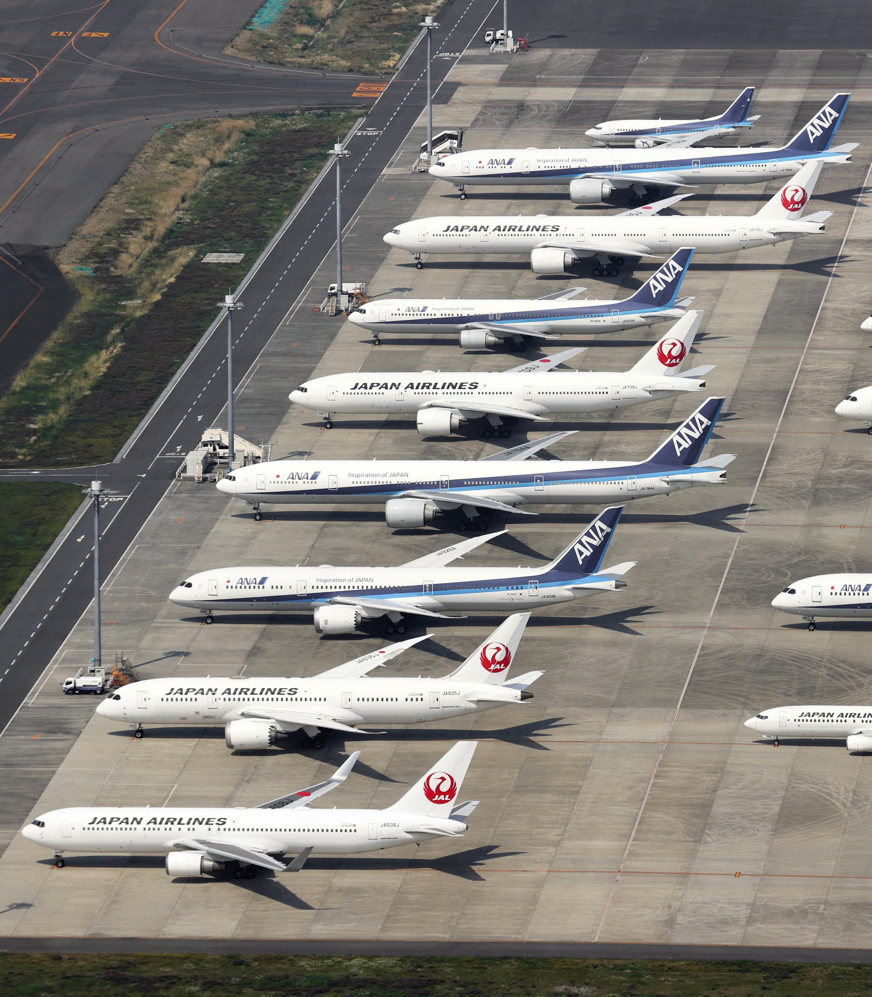羽田空港の駐機場に並ぶ多くの旅客機=30日午後(共同通信社ヘリから)