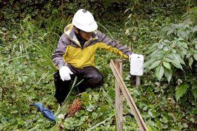 西原村の台地の斜面に設置している防災センサー。熊本高専と地元企業が連携して開発を進めている