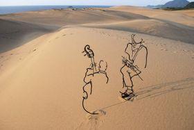 鳥取砂丘で撮影された「鉄筋彫刻」