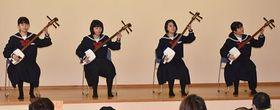 長平町内会の忘年会で三味線演奏を披露した鯵ケ沢中生