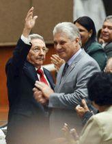 キューバの新たな国家評議会議長に選出されたディアスカネル氏(右)と退任したラウル・カストロ氏。19日、キューバ人民権力全国会議のフェイスブックに掲載された画像(共同)