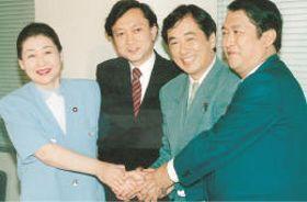 鳩山由紀夫氏(左から2人目)、菅直人氏(同3人目)ら旧民主党の結成メンバーと握手を交わす岡崎さん(左端)=1996年9月11日、衆院第1議員会館