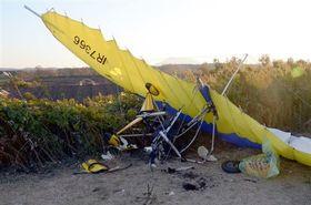滑走路脇に墜落し、乗っていた男性が死亡した超軽量飛行機=11日午後4時45分ごろ、産山村