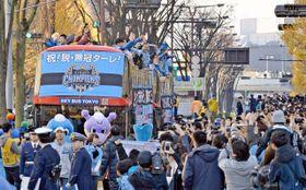 川崎フロンターレの初タイトルを祝おうと沿道には多くの人が詰めかけた=川崎駅前