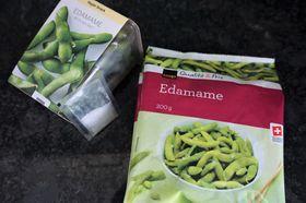 スイスで売られている「枝豆パック」や「冷凍枝豆」。枝豆パックには塩も同封されている=岩澤里美撮影