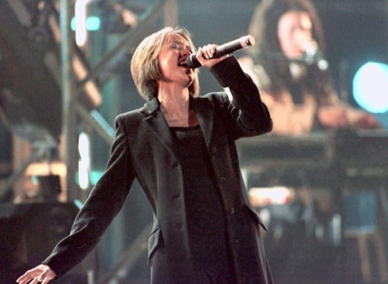歌手安室奈美恵さんが、1997年11月14日北京首都体育館で行われた音楽プロデューサー小室哲哉さんのコンサートで中国デビューした。妊娠中にもかかわらず元気に歌って踊りも披露、詰めかけた約一万人のファンを魅了した。コンサートは日中国交正常化25周年記念イベントの一環。中国で西側ポップスの演奏会が開かれることはまれとあって、混乱を警戒した大勢の警察官が警備に当たる中、会場はダンスを踊る中国の若者の熱気に包まれた。