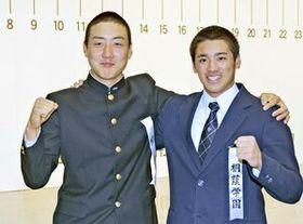 ガッツポーズで健闘を誓う横浜・内海(左)と桐蔭学園・森の両主将=大阪・オーバルホール