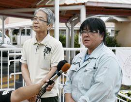 サルが脱走し、記者団の取材に応じる動物園「沖縄こどもの国」の職員=27日午後、沖縄県沖縄市