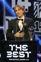国際サッカー連盟の表彰式で男子最優秀選手に選ばれたクロアチア代表のモドリッチ=24日、ロンドン(ゲッティ=共同)