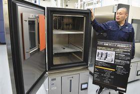 さまざまな温度・湿度環境で実験ができる試験装置=伊勢市朝熊町のULジャパン本社で