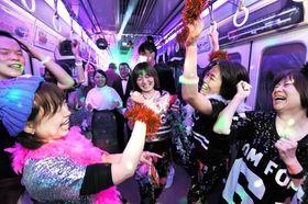 懐かしの音楽とともに車内で盛り上がる参加者ら=16日夜、神戸市北区(撮影・中西大二)