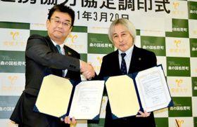 調印を終えて握手を交わす松野町の坂本町長(左)と愛媛大の大橋学長