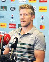 準々決勝のニュージーランド戦に向け、記者会見するアイルランドのイースタービー・コーチ=15日、千葉県浦安市