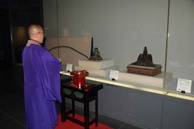 源頼政像の前で開眼法要を営む神居住職(宇治市宇治・平等院)