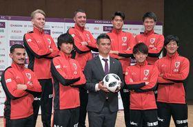 2季目の布部監督(中央)とともに、今季の躍進へ決意を固める新加入の選手たち=京都府城陽市・文化パルク城陽