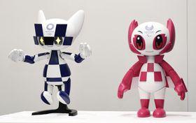 トヨタ自動車が2020年東京五輪・パラリンピック向けに開発した、大会マスコットの「ミライトワ」(左)と「ソメイティ」の形をしたロボット