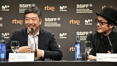 サンセバスチャン国際映画祭の記者会見で笑顔を見せる是枝裕和監督(左)とリリー・フランキーさん=23日、スペイン・サンセバスチャン(共同)
