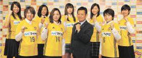 記者会見でポーズを取る新加入選手ら。前列左から佐藤、櫨、越後監督、奈良。後列左から沖野、奥川、高平、武田、宮本