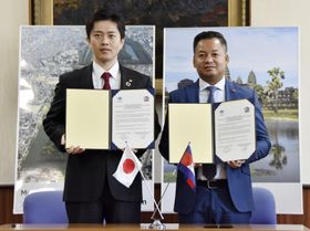 連携宣言に署名した、吉村洋文大阪府知事(左)とカンボジア北西部シエムレアプ州のティア・セイハ知事=21日午前、大阪府庁