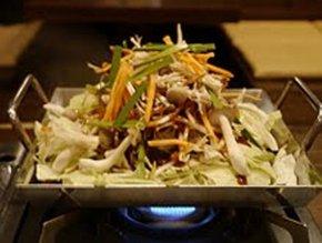 調理前の山盛り野菜の「鶏ちゃん」