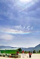 虹色の水平な光の帯が見える「環水平アーク」=5月27日午後1時ごろ、福井県大野市の奥越ふれあい公園