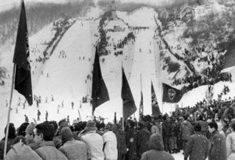 大倉シャンツェ(左)と雪印シャンツェ(右)の2本のジャンプ台が併設されていた1968年当時の大倉山ジャンプ競技場