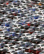 米国などに向けて輸出を待つ自動車=2018年8月、川崎市