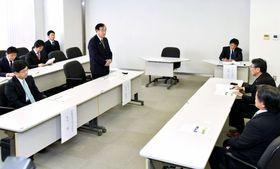 馬毛島購入の現状について、八板俊輔西之表市長(右から2人目)に説明する原田憲治防衛副大臣(中央)=西之表市役所