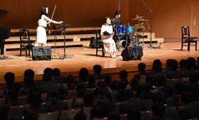 横山さん(中央)の朗読に聞き入り、日向神話への理解を深める宮崎学園高の生徒ら