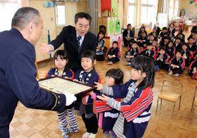 大庭署長(左端)から感謝状を受け取る園児