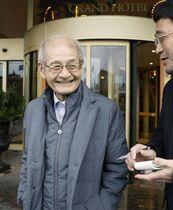 帰国のため、ストックホルムのホテルを出発する吉野彰・旭化成名誉フェロー=14日(共同)