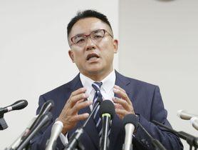 アメリカンフットボールの反則行為問題を巡り、記者会見する奥野康俊さん=21日午後、大阪市