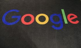 グーグルのロゴがあしらわれたカーペット=2019年11月、パリ(AP=共同)