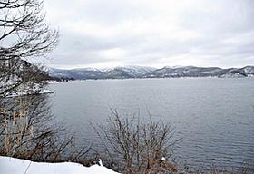 一部氷が張っているが、結氷が進まない桧原湖。例年はワカサギ釣り客でにぎわう=18日午後、北塩原村