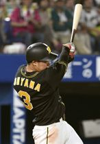 7回阪神2死三塁、大山が左翼線に勝ち越し二塁打を放つ=横浜
