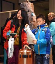 大きな荷物を抱えて青森空港に到着した台湾からの乗客
