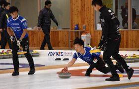 SC軽井沢クラブ時代、試合でストーンを投じる平田洸介選手(右から2人目)