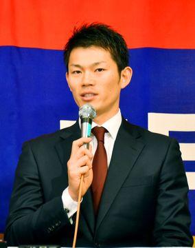 中日に移籍し、入団の記者会見をする大野奨太捕手=13日、名古屋市