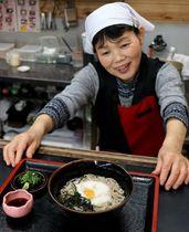 山芋とうずら卵がのった「季楽そば」(亀岡市西別院町・犬甘野風土館季楽)