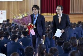 生徒に拍手で見送られる楢崎智亜選手(左)=26日午後0時20分、宇北高