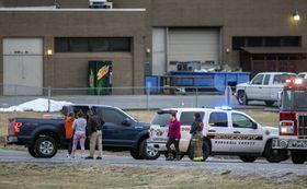 米ケンタッキー州ベントンのマーシャル郡高校で、銃乱射のため避難した生徒ら=23日(Ryan Hermens/The Paducah Sun、AP=共同)