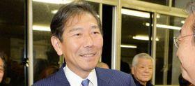 当選が確実となり、笑顔を見せる佐藤光さん=茅ケ崎市高田の事務所