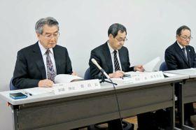 調査報告書について説明する第三者委委員長の加藤博史・龍谷大名誉教授(左)ら=京都府八幡市八幡・市立福祉会館