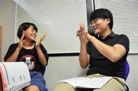 数学の問題が解け、塾生と一緒に喜ぶ渡剛さん(右)=大阪府箕面市