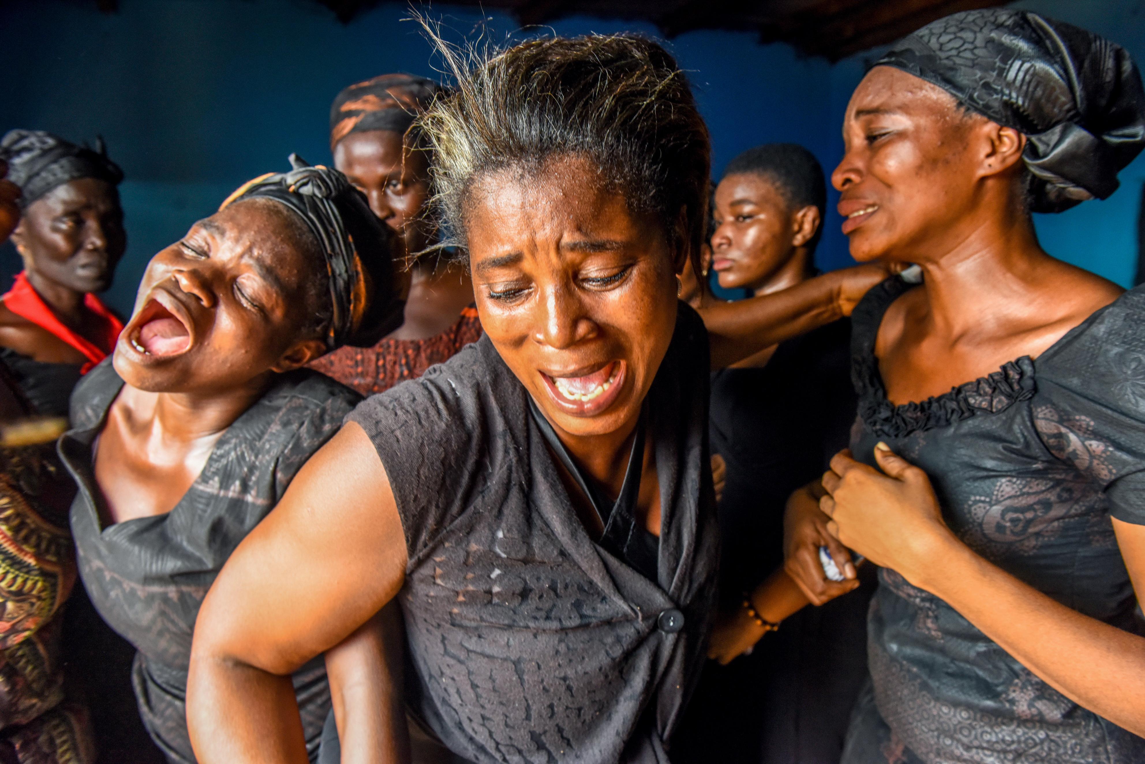 ジョセフの死を嘆き、遺体を前に号泣する遺族の女性たち。それぞれがあふれ出る悲しみに身を任せていた=ガーナ南部マンフォード(撮影・中野智明、共同)