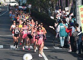 山陽女子ロードレース大会ハーフの先頭集団=2018年12月23日