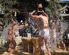 遠寿院の境内で水行する行僧たち。大荒行からおよそ1週間後、報告を兼ねて披露する=2月18日午後、千葉県市川市