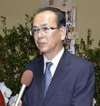 福島県大熊町長選で初当選し、報道陣の質問に答える吉田淳氏=10日夜、福島県大熊町