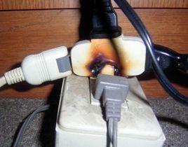 焼け焦げて火災を起こしたタップ。たこ足配線で、最大容量を超えたことが原因とみられる(神戸市消防局提供)