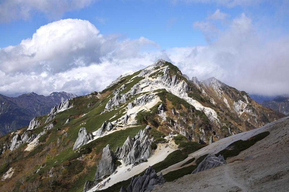 奇岩が連なる燕岳の山頂=2010年10月